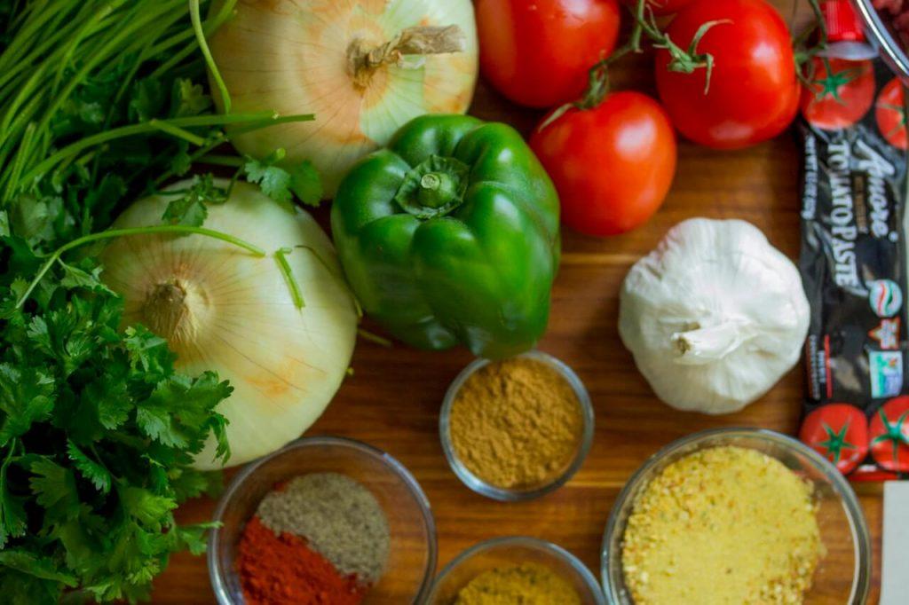 quelques légumes : poivrons, tomates, ail, oignons et du persil