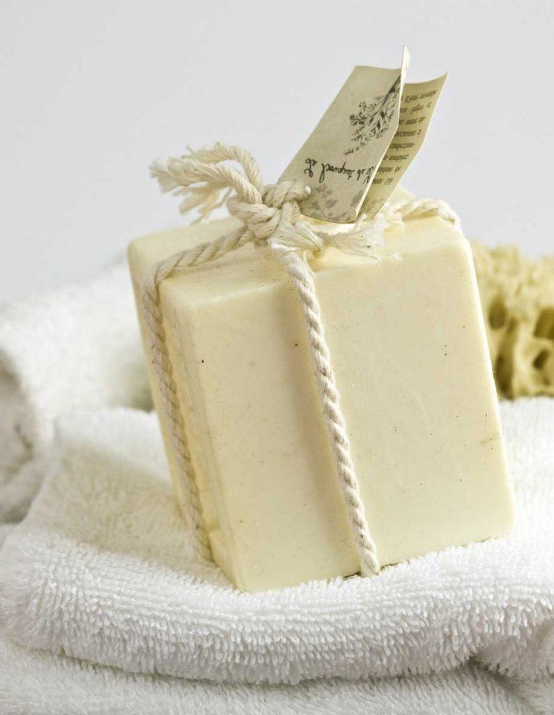 Image d'un savon blanc au lait d'ânesse